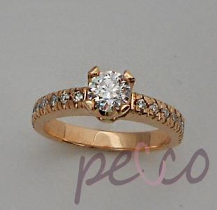 Anillo de compromiso clasico elaborado en oro rosado 18k, con engaste de diamant