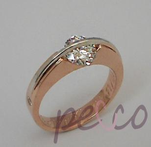 Anillo elaborado en oro rosado y blanco de 18k diamante con engaste especial