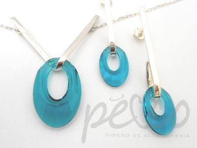 Juego de gargantilla y aretes elaborados en plata 950 con cristales azul agua