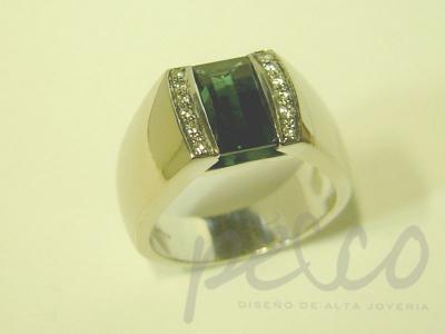 Anillo elaborado en oro blanco esmeralda naturales diamantes Joyeria