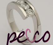 Anillo elaborado en oro blanco de 18k, con diamantes prince y  naturales