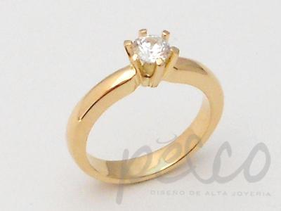 Anillo elaborado en oro amarillo de 18k, con engaste de diamante natural.